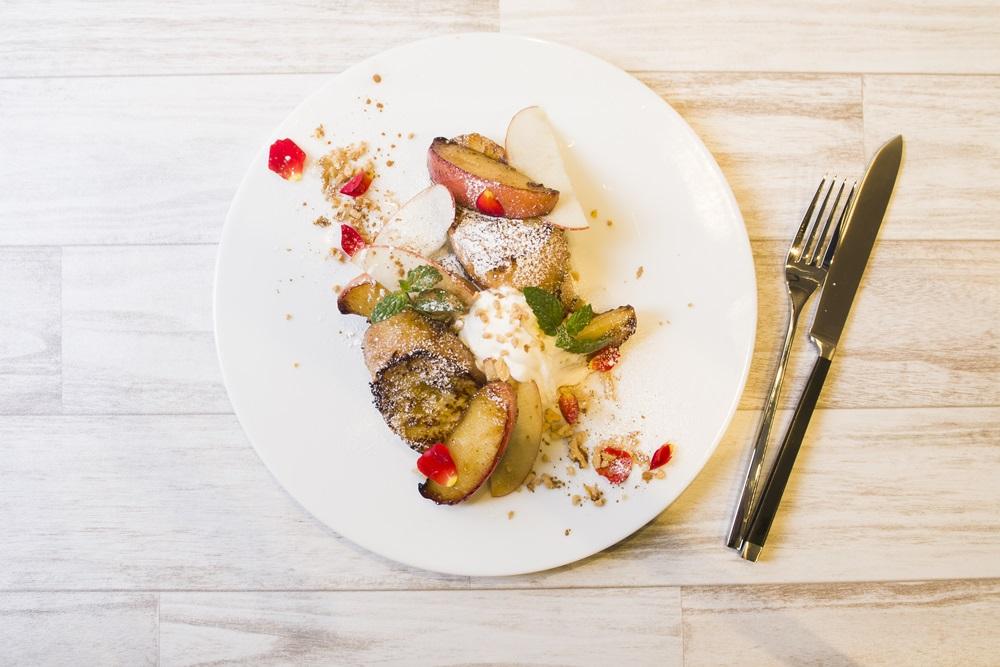 焼き林檎とクルミとメイプルシロップのフレンチトースト
